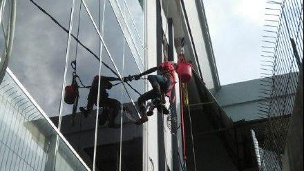 Cleaning Kaca Climbing